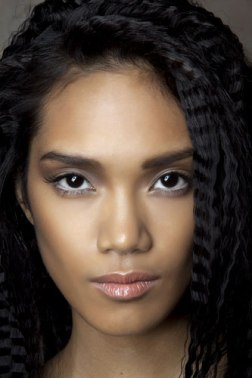 Soft brows but intense highlighting under the arch makes for a raised brow vibe.